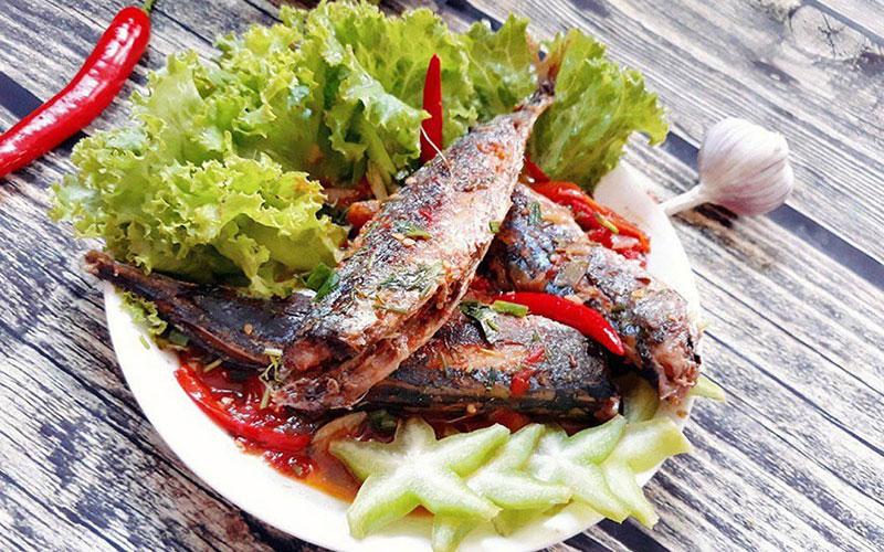 Cá nục hấp sốt tỏi ớt